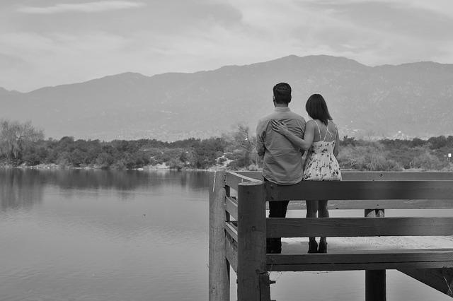 橋の上に立つ二人