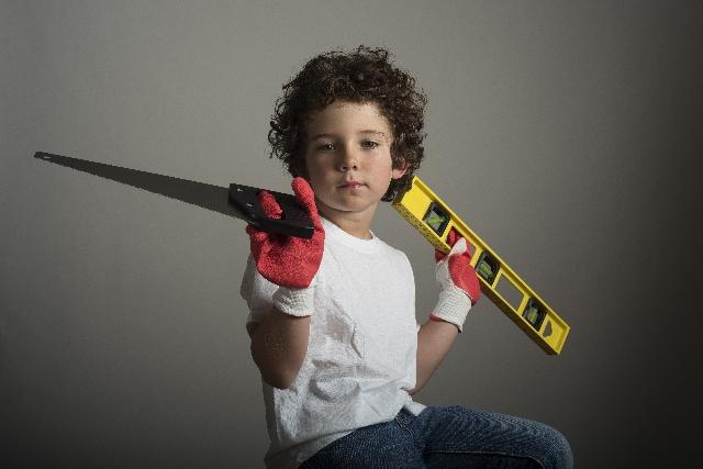 工具を持つ少年